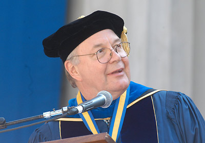 Chancellor Berdahl addressing Commencement 2003
