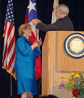 Chancellor Birgeneau presents the Berkeley Medal to Chilean President Bachelet