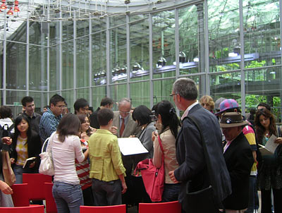 Renzo Piano signs autographs at the California Academy of Sciences