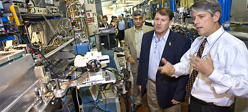 UC Berkeley physicist Roger Falcone explains X-ray microscopy experiments underway at Berkeley Lab's Advanced Light Source