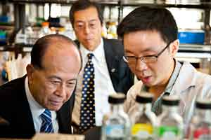 Li Ka-shing tours new building.