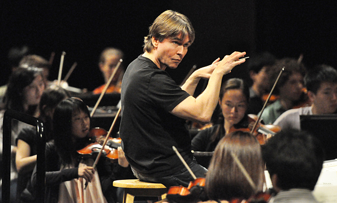 Esa-Pekka Salonen conducts students